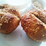 Montagmorgen in meiner Küche: frische Sesambrötchen