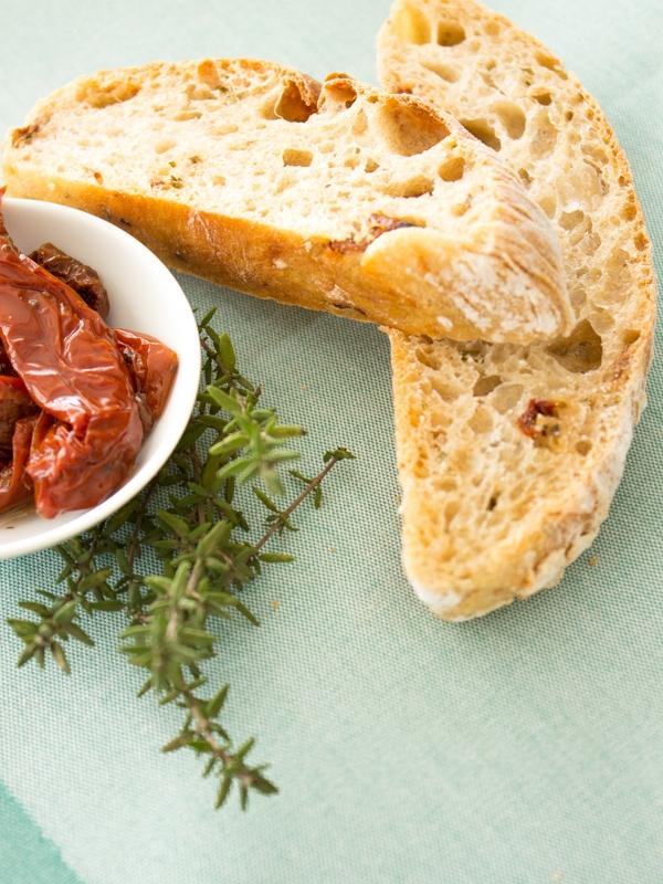 Tomaten-Kräuter-Ciabatta zum Grillen und Picknicken