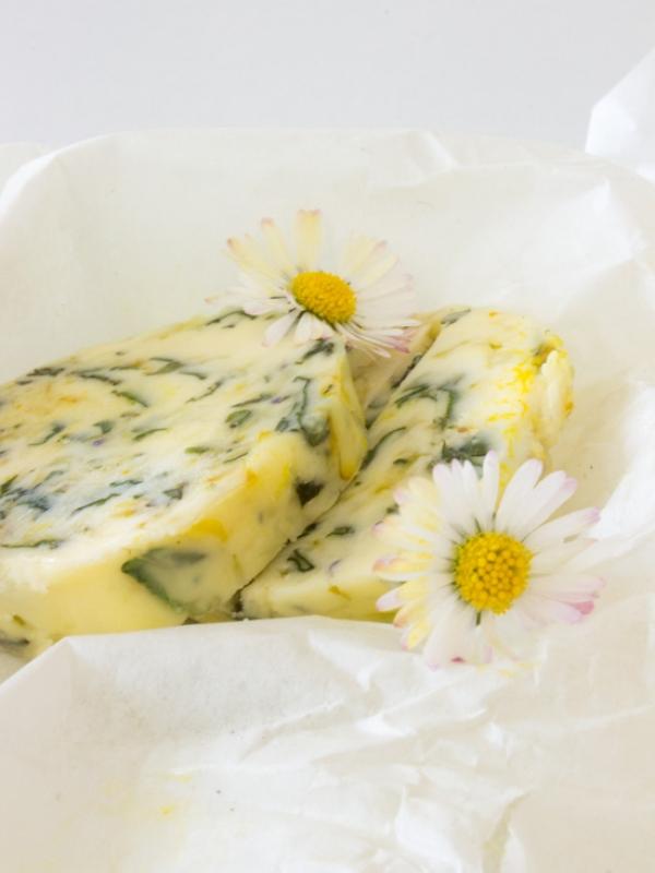 Frisch aus dem Garten oder vom Wegesrand: Wildkräuterbutter I Wildblumenbutter