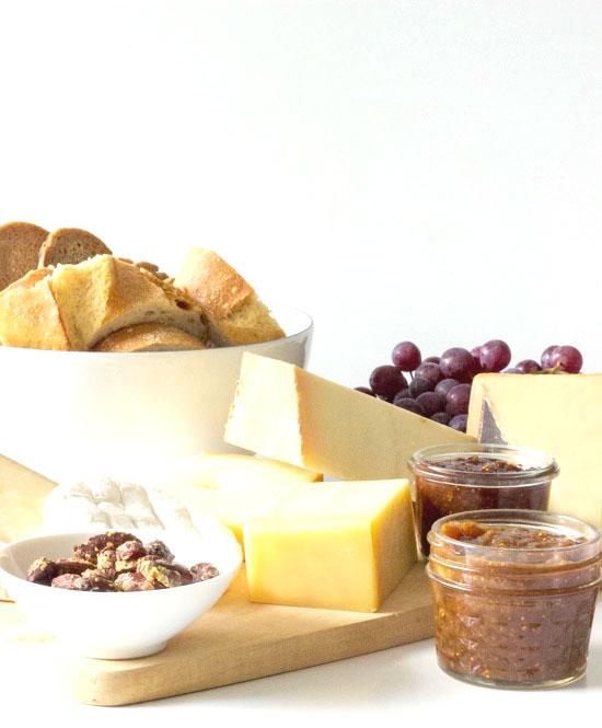 Käseplatte mit Feigenmarmelade und Rosmarin Mandeln