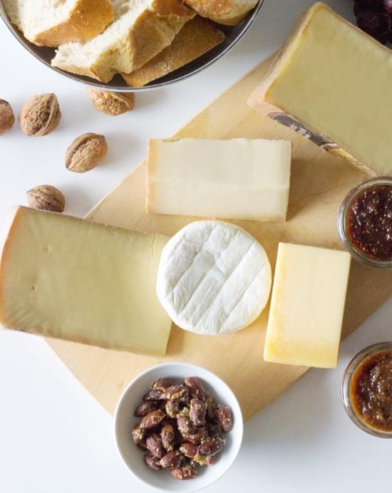 Küchenkränzchen Käseplatte mit Feigen Marmelade und Rosmarin Würzmandeln