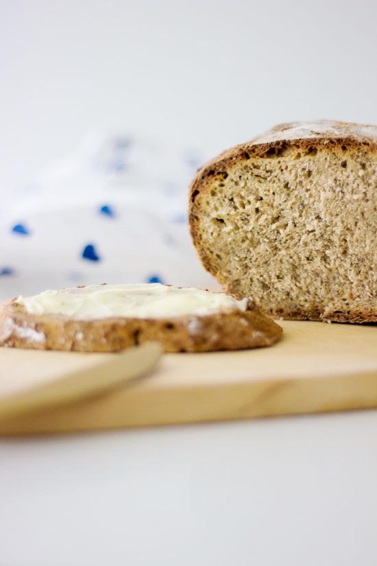 Freigeschobenes Brot mit Kräutern der Provence