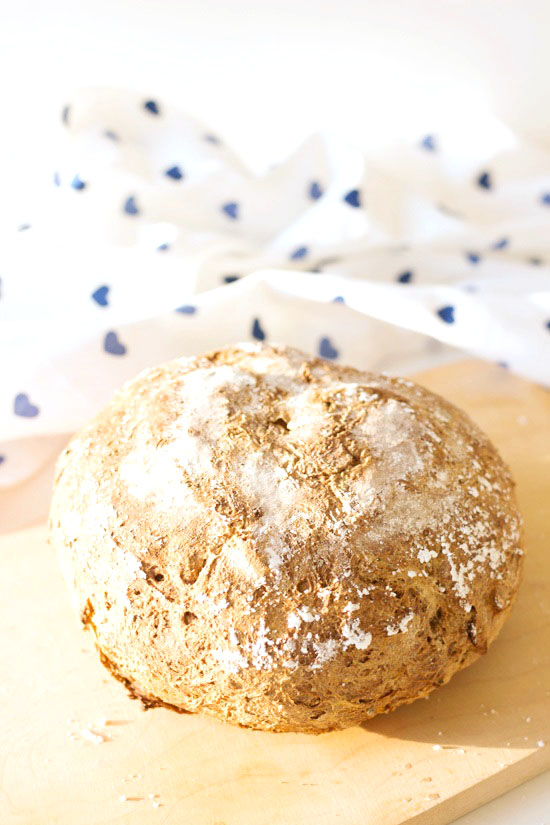 Freigeschobenes Brot mit Kräutern