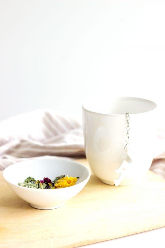 Kräuter-Tee mit Blüten